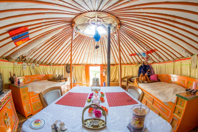 Interior da tenda do Airbnb